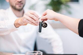 Schlüsselübergabe im Autohaus Schandert